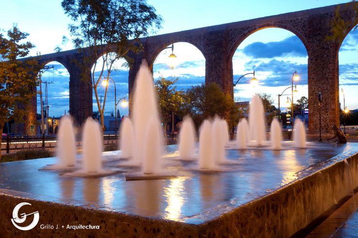 Acueducto en Querétaro, fuente en plaza con intersección Bernardo Quintana