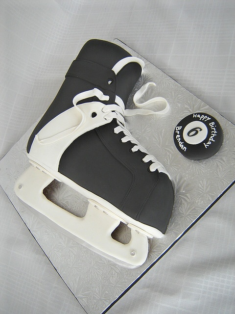 what a cute cake to celebrate the ending of the NHL lockout.