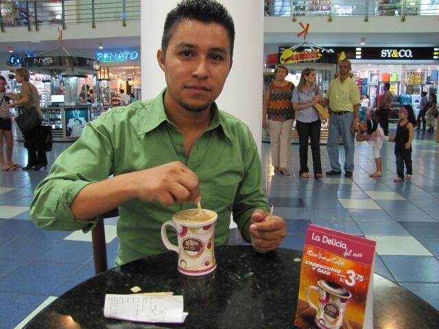 Nuestro amigo @angelsaavedra_c aprovechando una riquísima promoción. ¡Delicioso cappuccino!.