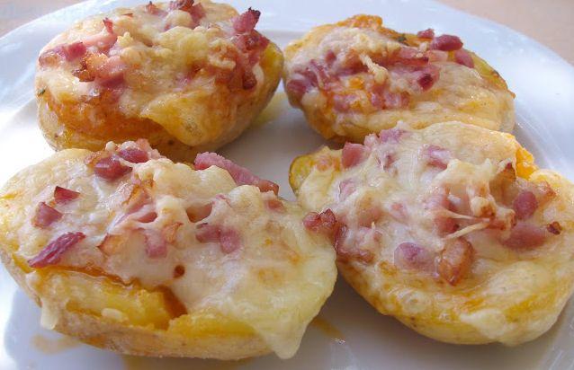 Le patate ripiene con prosciutto cotto e formaggio sono una ricetta semplice ma davvero gustosa. Ottime come antipasto ma anche come secondo piatto, un'ide