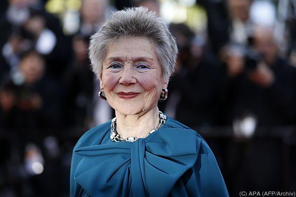 """Die französische Kinolegende Emmanuelle Riva hat sich für immer von der Leinwand verabschiedet. Die Schauspielerin, die einst mit dem Resnais-Klassiker """"Hiroshima, mon amour"""" berühmt wurde und in Michael Hanekes """"Amour"""" einen späten Alterserfolg feierte, verstarb am späten Freitag im Alter von 89 Jahren in Paris an Krebs. Dabei war Emmanuelle Riva bis zuletzt dem Filmgeschäft treu geblieben."""