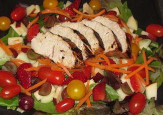 Grilled Turkey Tenderloin Salad - Fresh vegetables and fruit along with grilled turkey, make this a perfect Summertime dinner!  http://eats.macaronikid.com/: Turkey Tenderloin