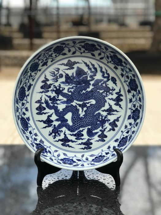 Catawiki online auction house: Huge  Blue and White Dragon Plate in Ming Style - China - Second Half of 20th Century (31,5cm)