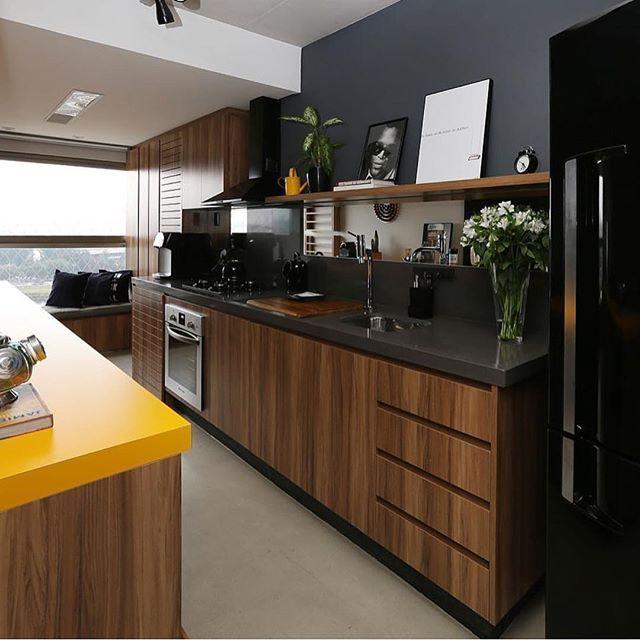 Pra quem ama uma cozinha assim como eu, essa black com detalhe amarelo, geladeira preta e acabamento em madeira de reflorestamento está um arraso!!! Via: @casa_casada ARCHITECTURE | INTERIORS | KITCHEN