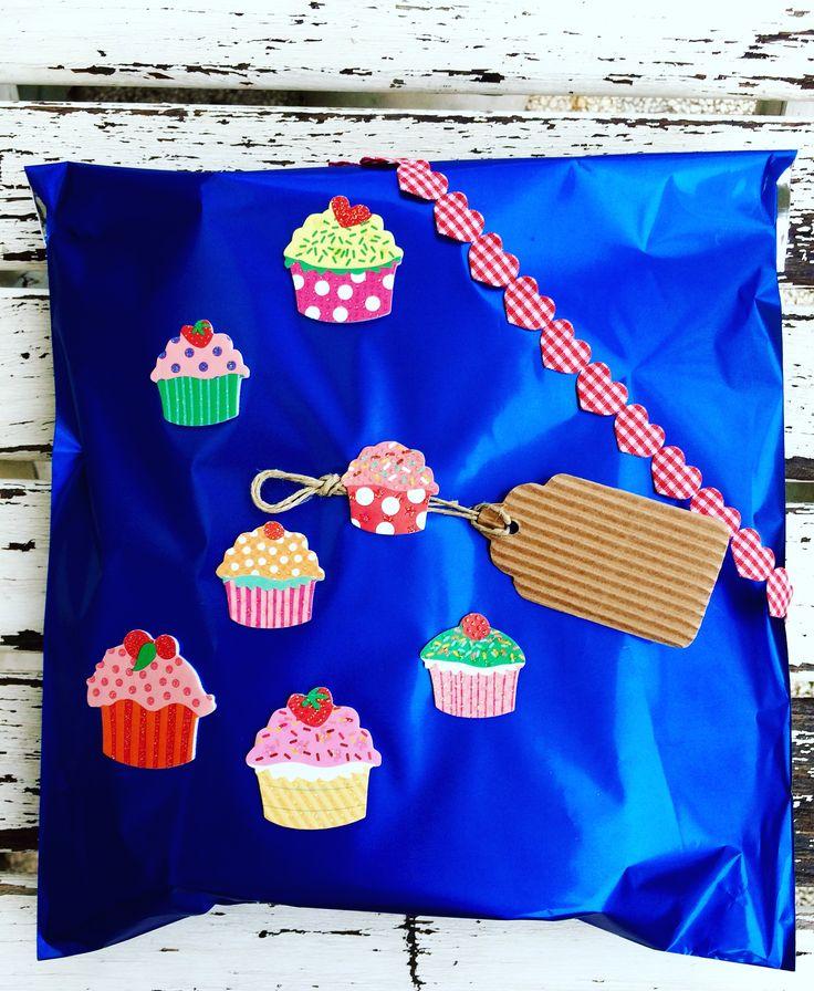 Pacchetto regalo con cupcake e cuoricini