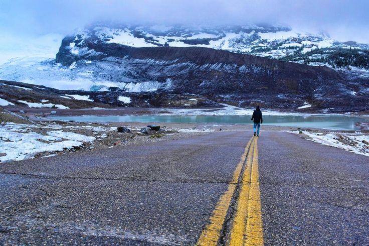 Walking towards Athabasca Glacier: Top 10 Westkanada Highlights (in 2 Wochen)