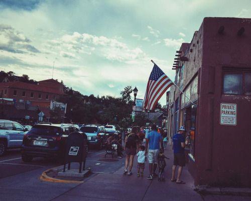 Me_Zornichka Америка не была бы Америкой, если бы по её территории не были навешаны огромные флаги 🇺🇸 Везде, не только на гос. учреждениях. Жилые дома, магазины, рестораны, заправки 😜 #FlagsFlagsEverywhere #ColoradoSprings #ManitouSprings #ColoradoState #trvlblog #usa #colorado #manitou #picture #america #americandream #downtown #urban #city #citylife #town #flag #american #americanflag