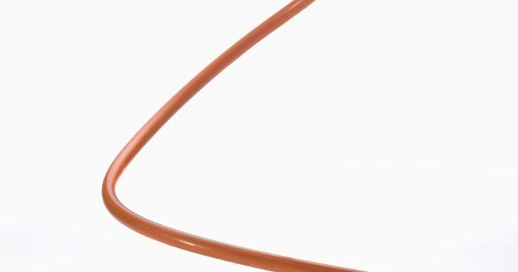 ¿Qué calibre de cable se utiliza en un horno eléctrico de 50 amperios?. El horno eléctrico común de hogar utiliza una corriente eléctrica de 220 voltios y 50 amperios como fuente de energía. Esta salida de alta resistencia requiere un cableado de alta resistencia también. El cableado más común es el de calibre 8, conteniendo tres cables principales y un cable a tierra al descubierto. Los trabajos de cableado a menudo ...