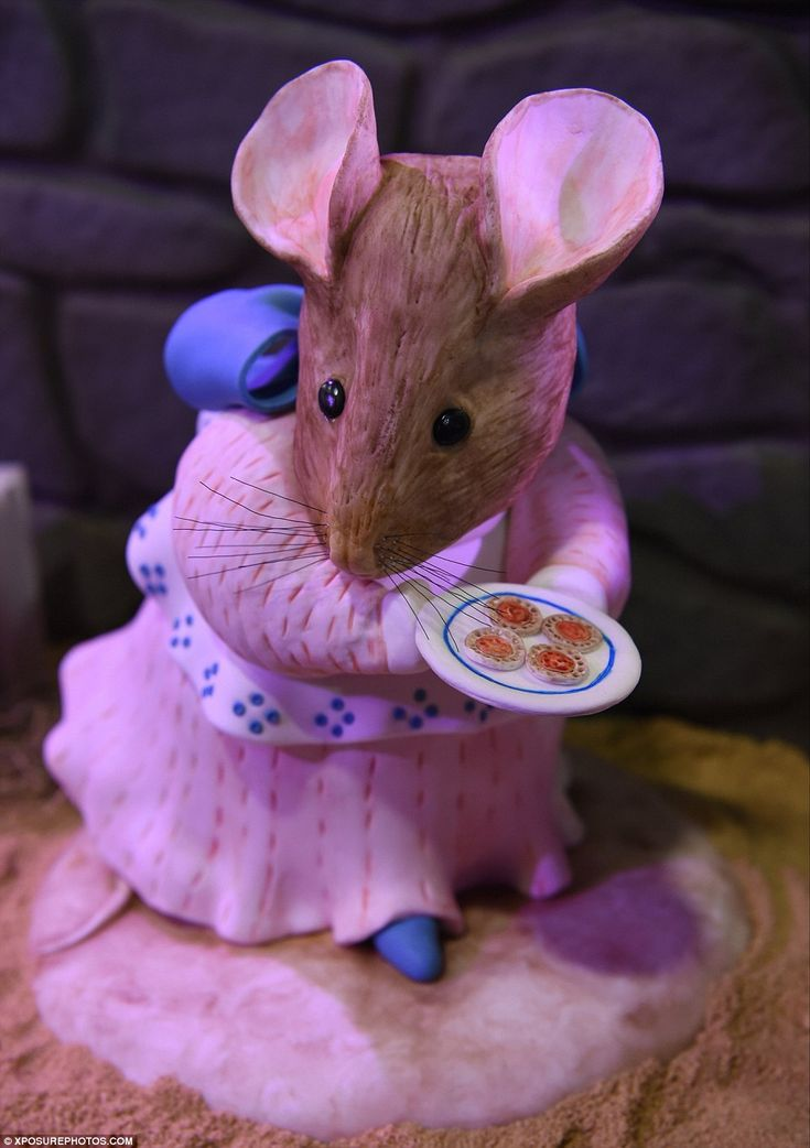 A cake model of the mouse carrying jam tarts from the cover of Potter's 1917 Appley Dapply's Nursery Rhymes is also at the cake show