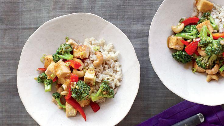 Стир-фрай с тофу и брокколи  Не любите рис — используйте рисовую, гречневую, пшеничную или стеклянную лапшу.