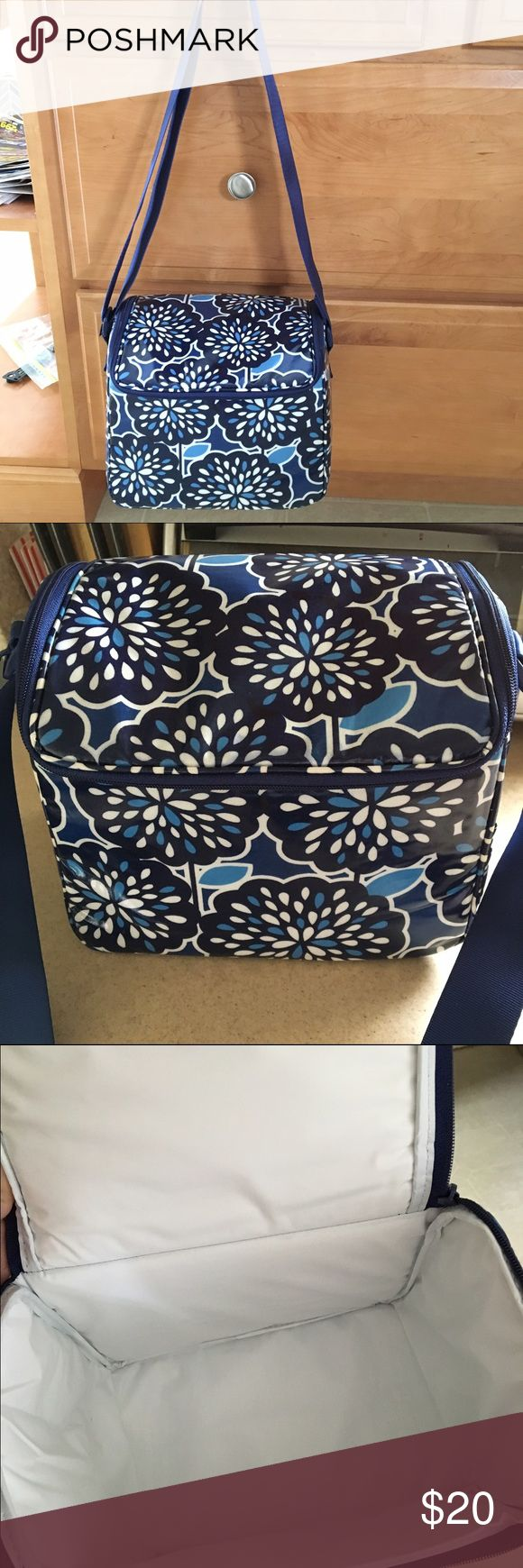 Vera Bradley lunch box Beautiful pattern lunch bag. Insulated and durable. Vera Bradley Bags