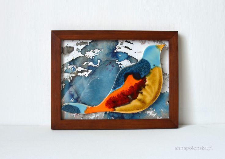 """""""Obraz z ceramicznym ptakiem VIII"""", 21,5x27,5 cm; Ceramiczny obraz jest unikalną dekoracją wnętrza. Obraz łączy w sobie różne techniki. Element obrazu – biała glina ceramiczna; Tło – tusz/akryl na papierze; zabezpieczone szklaną szybką."""
