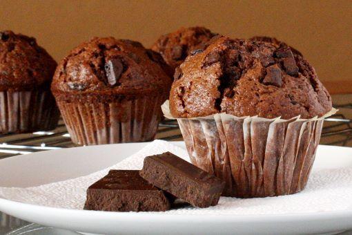 Des muffins au chocolat à tomber ! Pour une vingtaine de gros muffins : 50g de Maïzena 3 cs rases de cacao en poudre non sucré 100g de sucre roux 225g d'eau 75g de beurre coupé en dés ou margarine 125g de chocolat noir 70% haché 75g d'huile neutre type tournesol (j'ai préféré mettre une