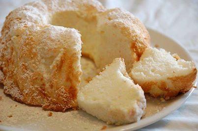 Modo de Preparo:     Unte o fundo de uma forma de pudim, com buraco no meio, e polvilhe farinha.      Faça uma mistura com os ingredientes secos, ou seja, metade do açúcar, a farinha, o fermento e o amido de milho, e passe por uma peneira por quatro vezes,