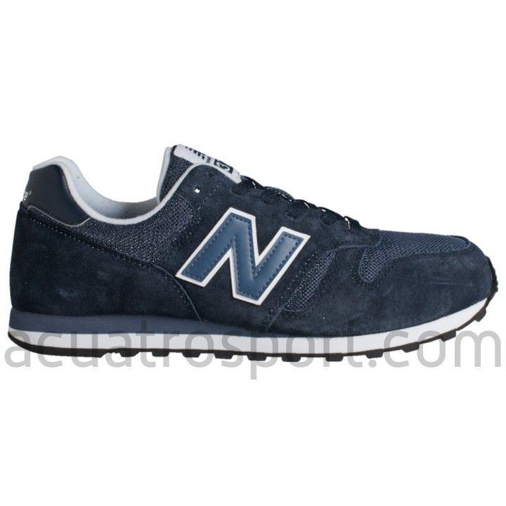 Zapatillas retro running New Balance 373 en colores azul marino y blanco para hombre.   Logotipo y nombre de la marca en lengüeta, talón y laterales.   Forro interior acolchado para un ajuste perfecto y una agradable sensación.   Media suela de goma EVA para una pisada cómoda.   Suela de caucho resistente que aporta un gran agarre. #zapatillas #shoes #newbalance #373 #ml373 #sneakers #retro #retrorunning #pamplona