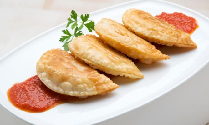 Empanadillas de bonito. (Bonito is a popular food fish in the Mediterranean; its flesh is similar to tuna and mackerel, and its size is intermediate between the two. Bonito under 1 kg (2.2 lb) or so (called palamut in Turkish) are often grilled as steaks.) Receta de Karlos Arguiñano de empanadillas de bonito, aceitunas, pimiento y cebolleta con salsa de tomate casera. #empanadillas #bonito #receta