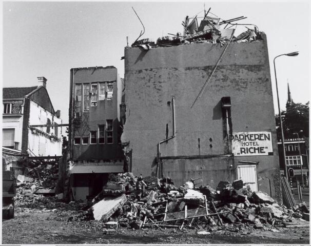 1978, Sloop van Hotel Riche in 1978 ten behoeve van de bouw van winkelcentrum Heuvelpoort. Het complex bestaat uit:  Etap-hotel (later het Mercure) en bioscoop met vijf zalen, winkelcentrum en parkeergarage.