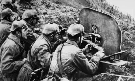 Soldater fra 1.verdenskrig. De sidder nede i en skyttegrav og skyder på fjenden. Jeg tror, at det er en sand kilde, for den ser meget sand ud :-)