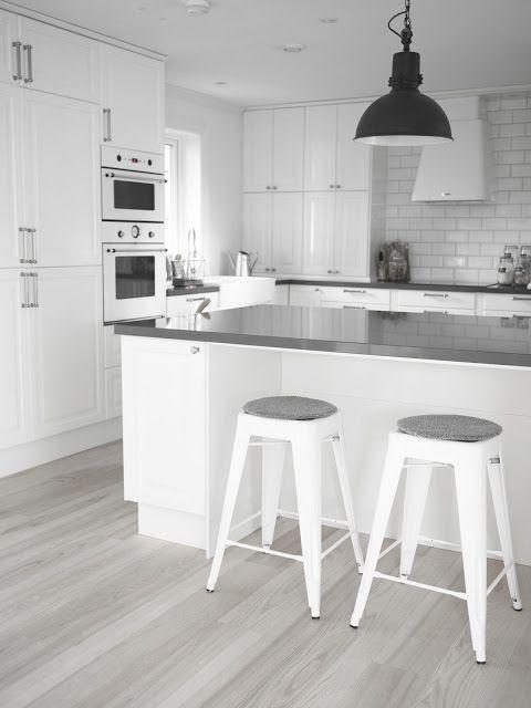 Harmaata ja valkoista, keittiö ilman laattalattiaa Gray and white