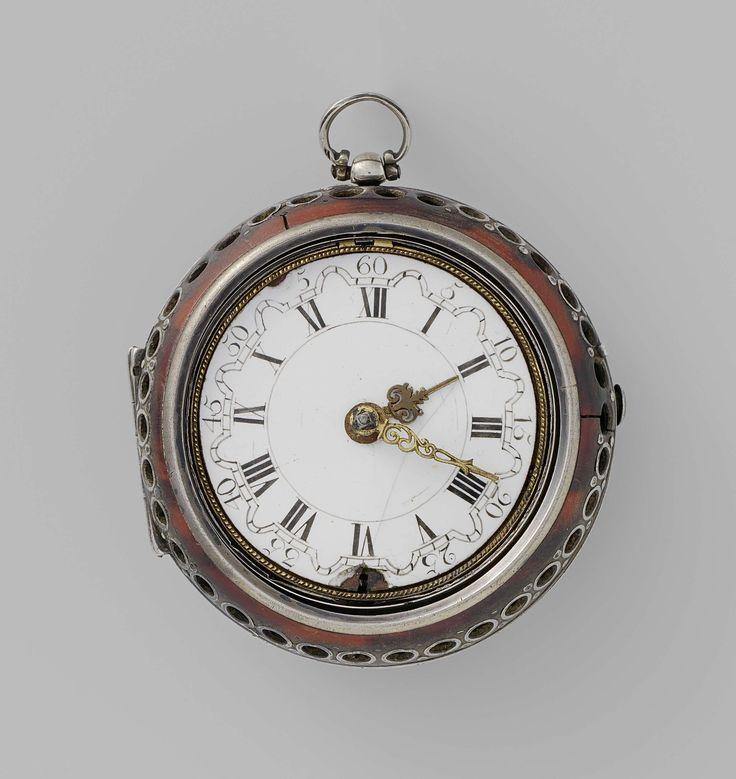 John Markwick | Horloge, John Markwick, Anonymous, c. 1700 | Horloge van zilver met een à jour bewerkte kast. De buitenkast is van schildpad met zilver.