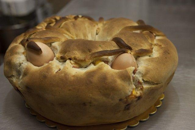 La pastiera napoletana l'abbiamo preparata. Anzi, la stiamo preparando per averla fresca ma che Pasqua sarebbe senza la ricetta del casatiello?Così come la pastiera, ...