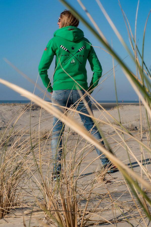 Pack Deinen Friesenhopper ein… Hol Dir das Gefühl von Meer nach Hause. Kuschelweicher Strandsweater für einen kurzen Urlaub auf der Haut. Mit diesem kuscheligen Strandsweater weißt Du immer wo Backbord & Steuerbord ist. Kleine gestickten Kreuze in rot und grün an den Fronttaschen sind immer an Bord. Der Friesenhopper aus allen 4 Windrichtungen betrachtet: grün, hochwertige Stickerei in navy auf der Vorderseite: Koordinaten von Sankt Peter-Ording 54°18'N 8°39'E; Print auf der Rückseite