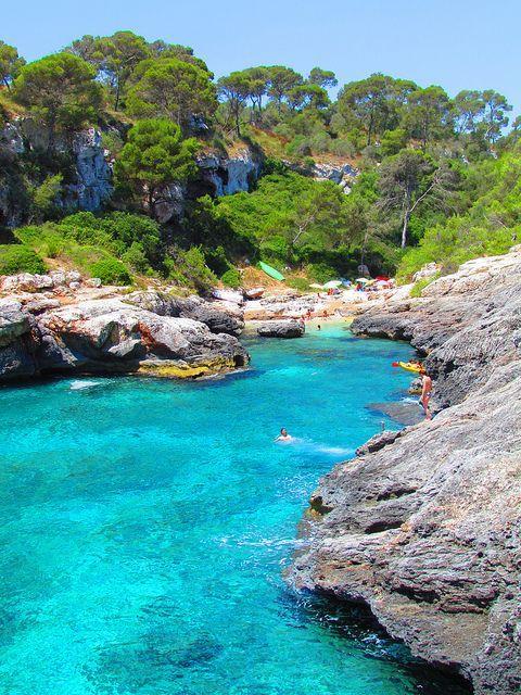 Het strand Cala s'Almunia op Mallorca. Hier kun je ontspannen tijdens je roadtrip!