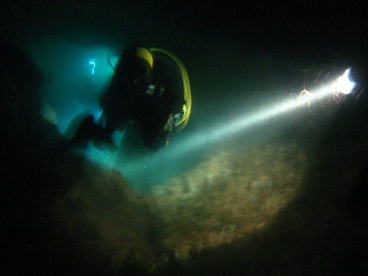 inmersión nocturna en una cueva.