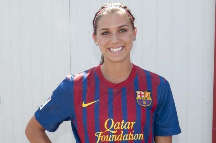 Alex Morgan,estrella del futbol femenino en USA,posando de blaugrana.Que guapa es y que bien le siente el ir de culé!