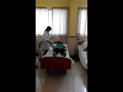 Trans 13 .Pasar al usuario de la cama a la silla con grua (usuario dependiente) (1 tecnico)
