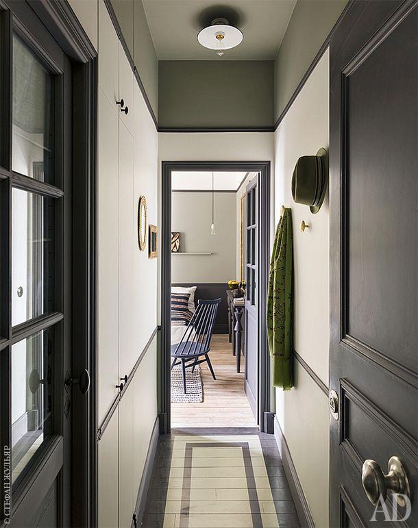 Прихожая. По левую руку от входа — дверь в ванную и встроенный шкаф.