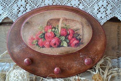 Вешалка-ключница `Корзина роз`. Старенькая вешалка-ключница выполнена в деревенском стиле, с потертостями, с налетом времени. Украсит Ваш дом или дачу, а также послужит необычным подарком для Ваших близких.  Сзади имеются подвесы.
