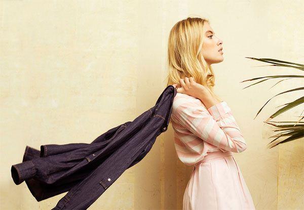 Camiseta rosa marinera, falta tulipa rosa y sobrecamisa vaquera. Stradivarius