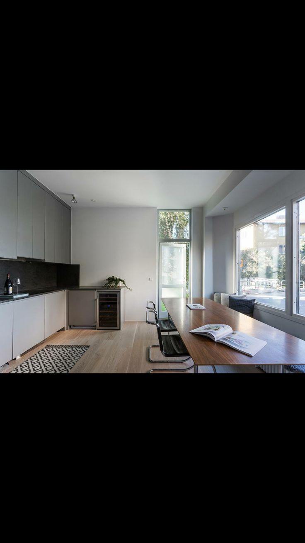 Köket och nya fina köksdörren..