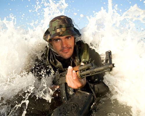 Fotomontaje como soldado de la fuerza especial dentro del mar o