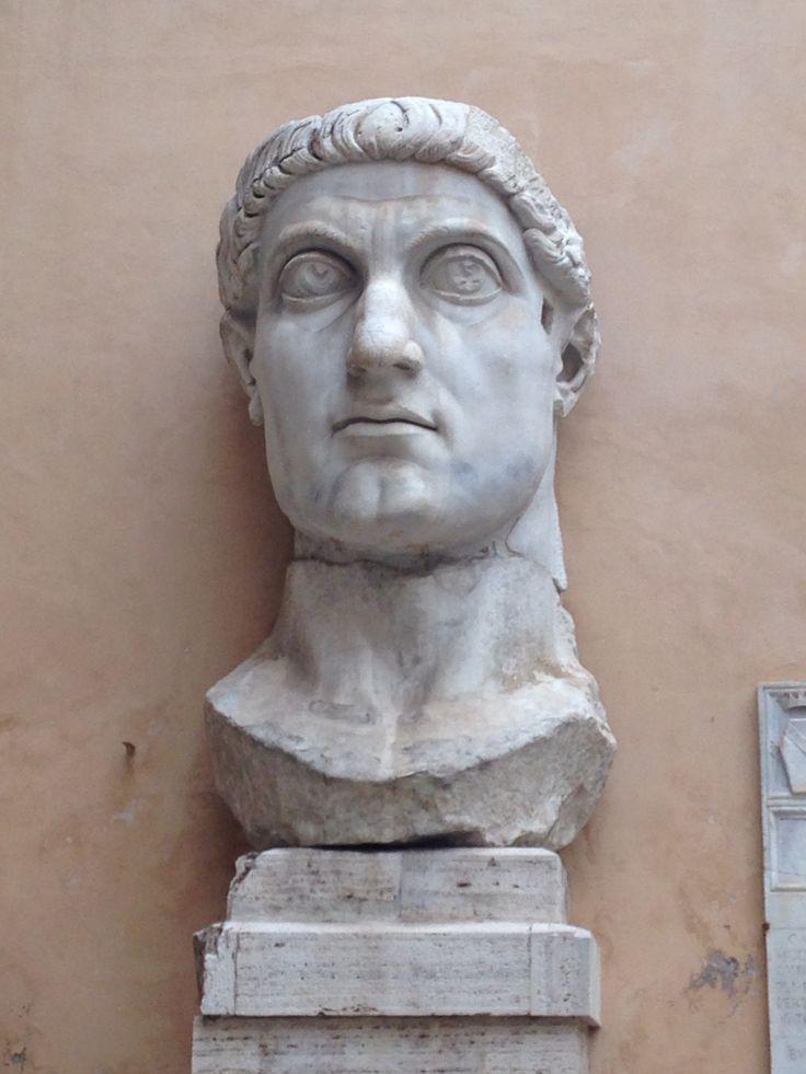 Dinsdag 6 oktober Dit is een van de resten die over is gebleven van een heel groot standbeeld van keizer Constantijn. Naast dit beeld staat nog een hand en een stuk van zijn arm. Zijn volle naam is Flavius Valerius Aurelius Constantinus, in 324 lukte het hem om alleenheerser te worden over Rome.