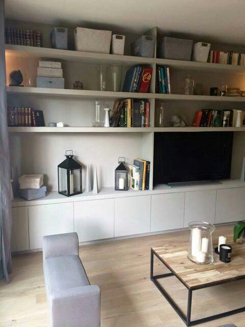 Maisons à vendre sur M6 - Sophie Ferjani  pour faire des étagères : fixer des tasseaux au mur, y poser (avec des pattes de fixation) les planches de médium fin sur le devant desquelles il faut y clouter les bandes champlat pour donner l'impression d'une bibliothèque aux étagères épaisses et donc plus chic !