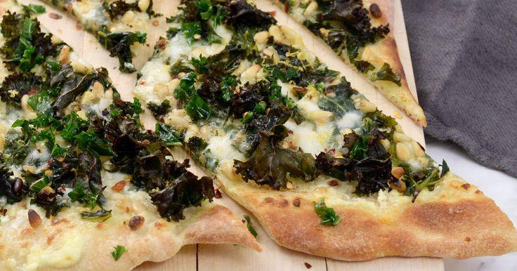 Med färdig pizzadeg fixar du pizzan i ett kick! Siri Barje toppar sin med grönkål, mycket mozzarella och pinjenötter. Hur gott som helst!