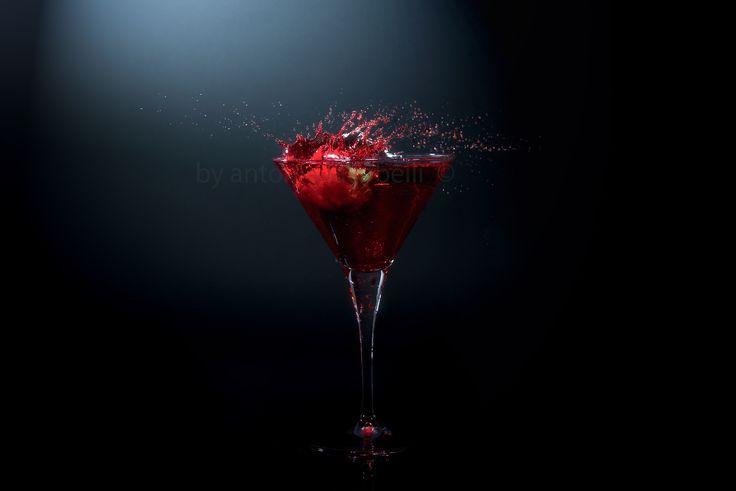 https://flic.kr/p/FacRxc | Martini & Rossi (variante) | ..colorante alimentare, fragola..  Realizzato con il trigger laser Cactus V5 e 5 flash