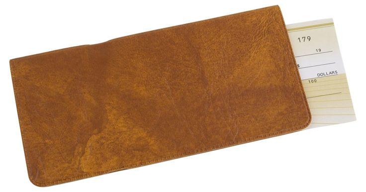 Como fazer uma capa de couro para seu talão de cheques. Essa capa de talão de cheques de pele de camurça pode ser facilmente costurada com equipamento tradicional de costura.