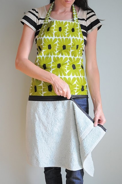 Hand Towel Apron with Zipper tutorial from H is for Handmade (via I Am Momma Hear Me Roar)