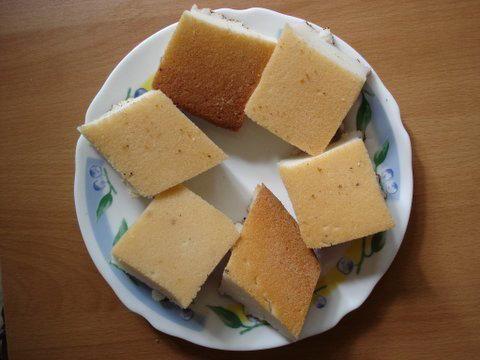 Mkatsha siniya est un des gâteaux les plus populaires aux Comores et chez la diaspora comorienne. Ce gâteau de riz au lait de coco et à la cardamome est un vrai délice. quand il n'est pas trop sucré. Toutes les fêtes majeures et mineures comoriennes ont leur variante du Mkatsha Siniya.