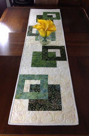 Batik moderno corredor de la tabla, hecho a mano Tablerunner acolchada verde, verde y crema mesa colgante de pared, Reversible colcha, decoración de comedor contemporáneo ----------------------------------------- Aunque diseñado como un camino de mesa de aspecto moderno, este tejido podría utilizarse para adornar su pared, un aparador, mesa de centro, mesa de sofá, buffet, escritorio, cama o superior de piano. El esquema de color verde y crema es versátil y puede utilizarse en cualquier…