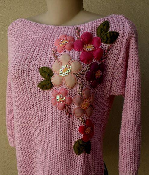 """Blusa de tricô de linha, na cor rosa bebê, manga 3/4, tamanho """"U"""", bordada com flores de feltro colorido,folhas em feltro, detalhes com paetês e miçangas no miolo das flores; Obs: lavar na função """"delicado"""" da máquina de lavar ou á mão, secar á sombra, NÃO passar o ferro sobre o bordado; R$ 72,00"""