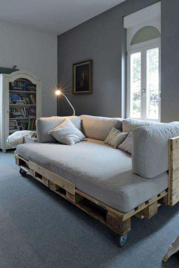 Canapé fait de palettes de meubles pratiques à l'intérieur -…