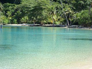 Playa en Bahía Sapzurro  Ubicación Geográfica  En el límite con Panamá, en el Urabá chocoano, se encuentra la ultima población colombiana ...