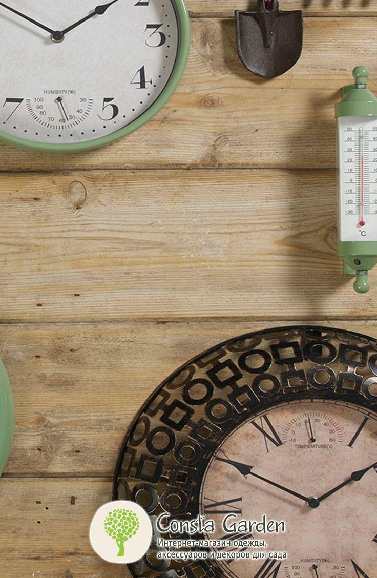 Уличные часы Corsham Briers.Оригинальный и функциональный декор для фасада загородного дома, беседки, террасы  или балкона –  часы в красивой широкой раме с узором, выполненной из черного металла с античной бронзовой патиной.