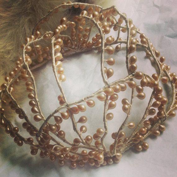 Een prachtige jaren 1930 wax bruids zendspoel.  Prachtige en zeldzame, deze jaren 1930 bruids zendspoel is werkelijk adembenemend. Gemaakt van het klassieke materiaal van de jaren 1930, wax, hand gevormd in parels maken een mooie zendspoel thats unieke, delicate en een prachtige aanvulling op een vintage bruiden outfit. De ivoren wax, parel druppels zijn handgemaakt en gekoppeld aan een flexibele verpakt materiaal, waardoor het stuk zeer gemakkelijk te manipuleren en daarom dragen om aan te…