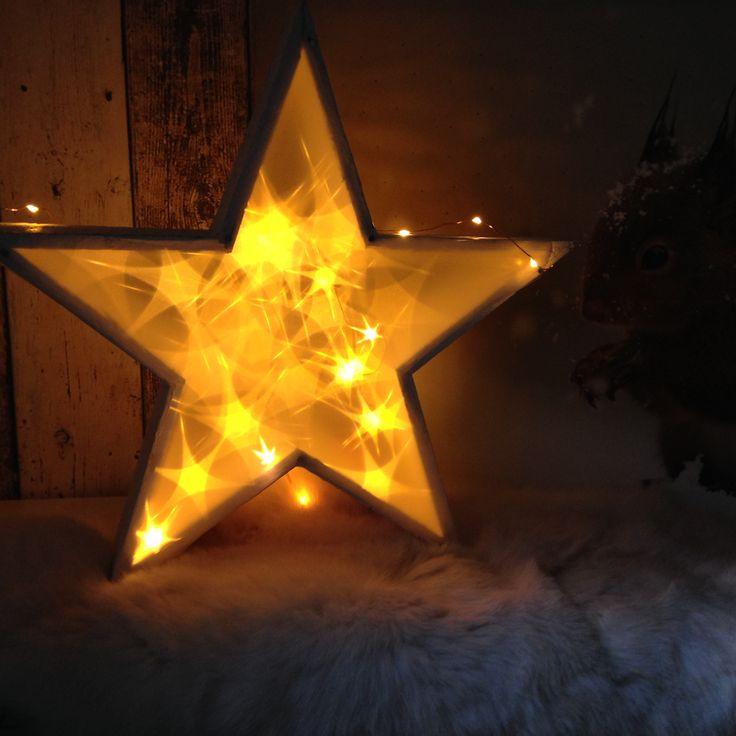 DIY Kerstster: Houten frame in ster vorm 'beplakt' met 3D folie en daarin LED-verlichting bevestigd. Super makkelijk en zeer sfeervol
