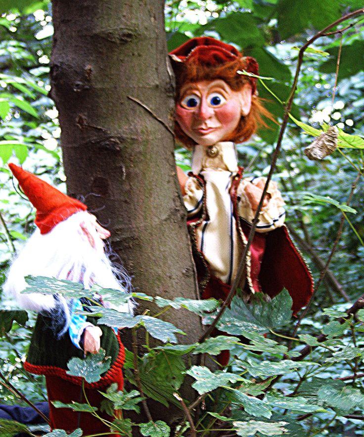 Prins Petrus Petrollius (Prins Petrolle voor de vrienden) ontmoet een kaboutertje in het bos... traditionele handpop en een stokpop gemaakt door Thomas Weber voor Theater Didymus